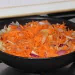 Freír las zanahorias con las cebollas