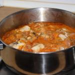Poner la marinada con el pescado en la olla